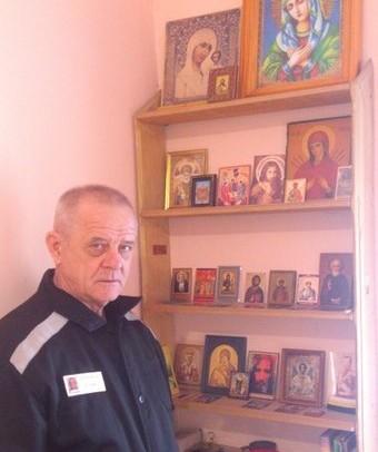 Путинские холуи растоптали иконы в камере Владимира Васильевича Квачкова